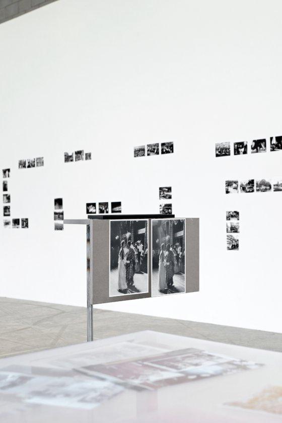 """Fig. 2 - Vue de l'exposition de Maryam Jafri, """"Le jour d'après"""", Bétonsalon - Centre d'art et de recherche, Paris, 2015. Maryam Jafri, """"Getty Vs. Ghana"""", 2012. Image © Aurélien Mole."""