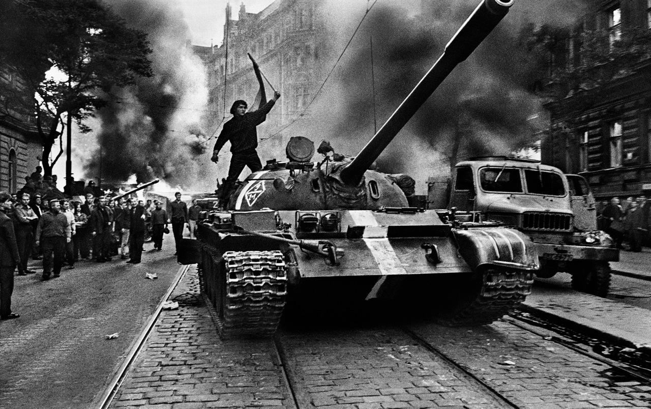 Image 2 : Citoyen tchèque sur un tank, 1968 © Josef Koudelka/Magnum Photos