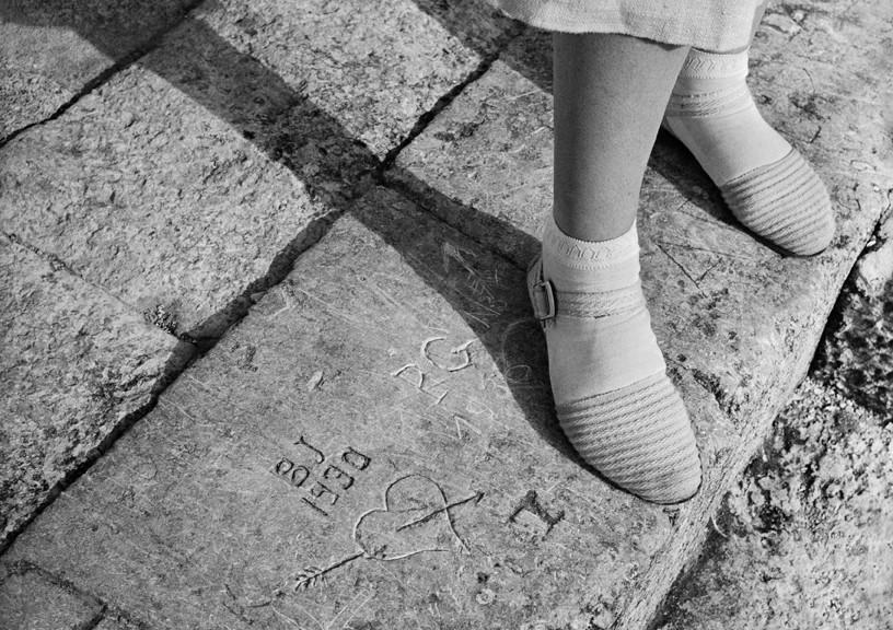 BOVIS Marcel, Graffiti et chaussures blanches, La Rochelle, 1938 Droits d'auteur: © Ministère de la culture - Médiathèque de l'architecture et du patrimoine, Dist. RMN-Grand Palais/Marcel Bovis